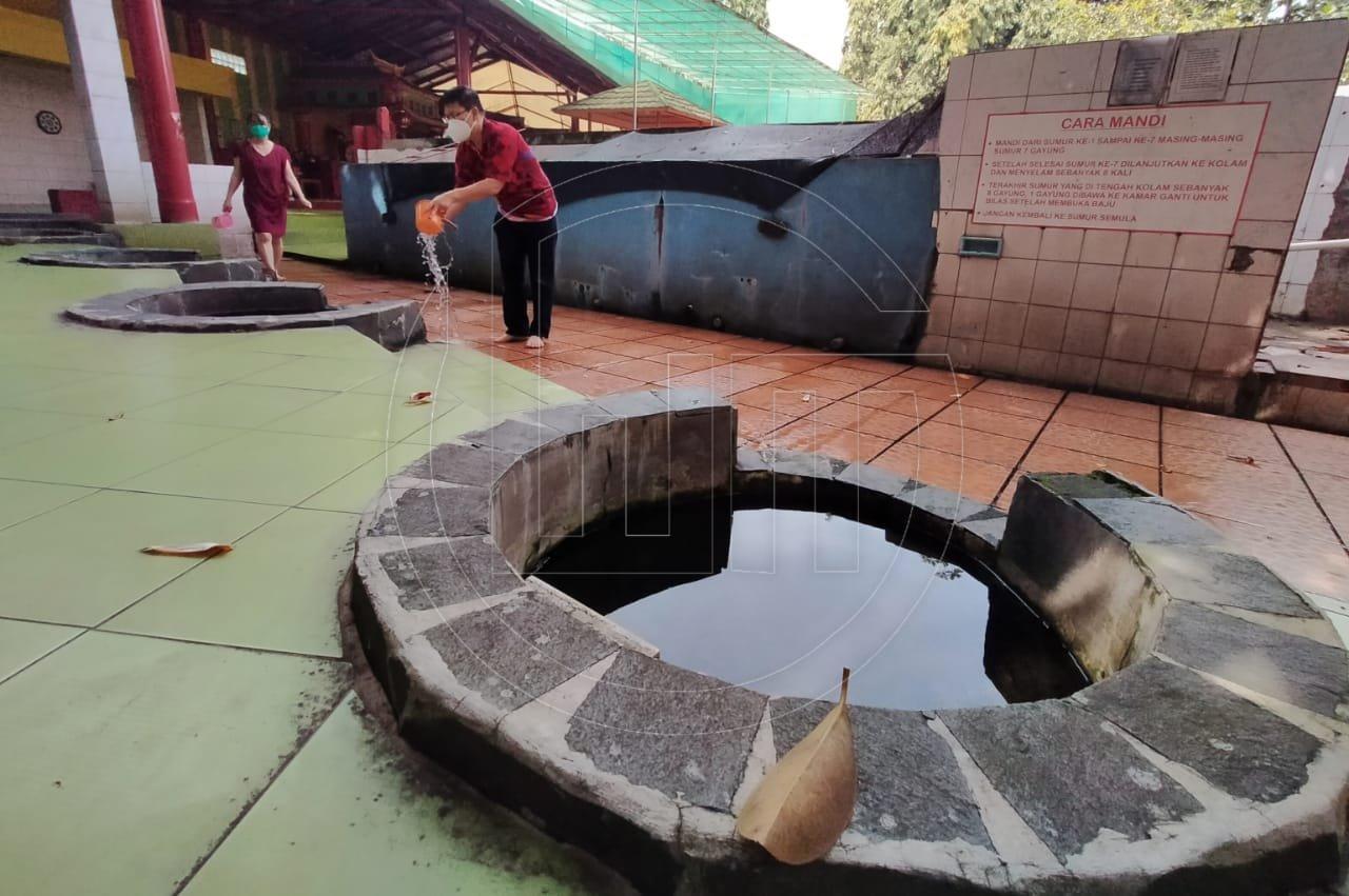 Ritual Imlek Mandi 7 Sumur di Vihara Gayatri