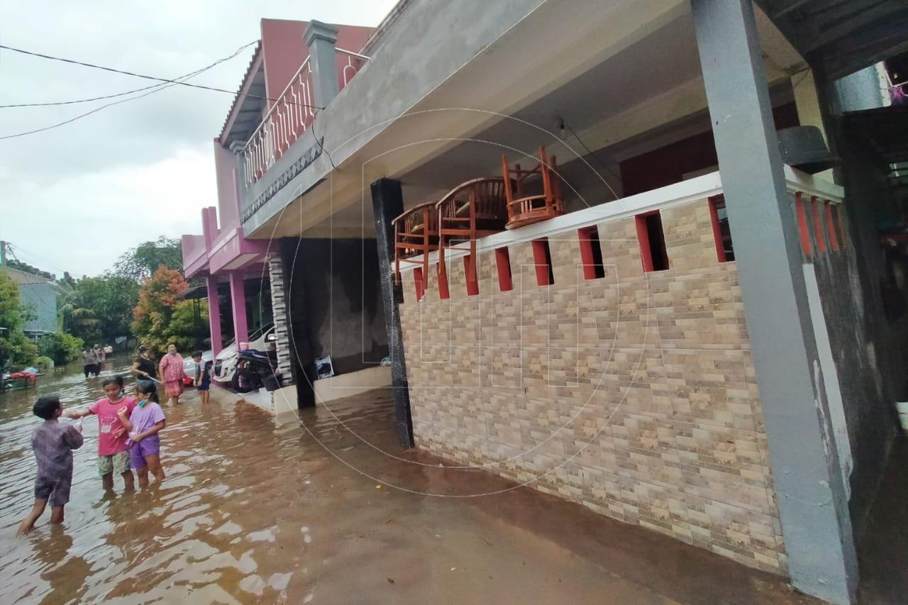 Warga Bersihkan Rumah Pasca Banjir