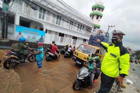 Simpang Mampang Macet Total Imbas Banjir