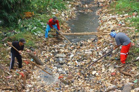Petugas Bersihkan Lautan Sampah di Kali Baru
