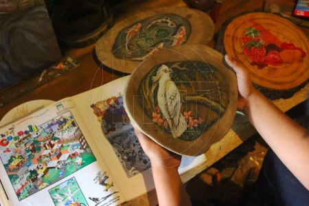 Kreasi Lukisan Di Atas Kayu