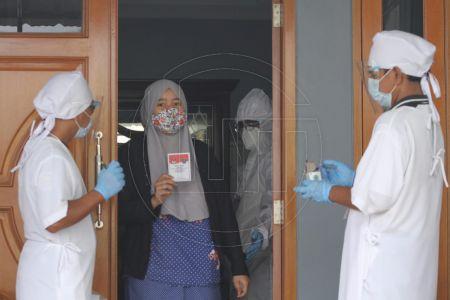 Petugas TPS Sambangi Warga Sakit dan Penyintas Covid-19 Untuk Mencoblos