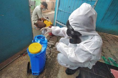 Penyemprotan Disinfektan di Lingkungan Warga