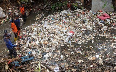Ciliwung Dikepung Sampah