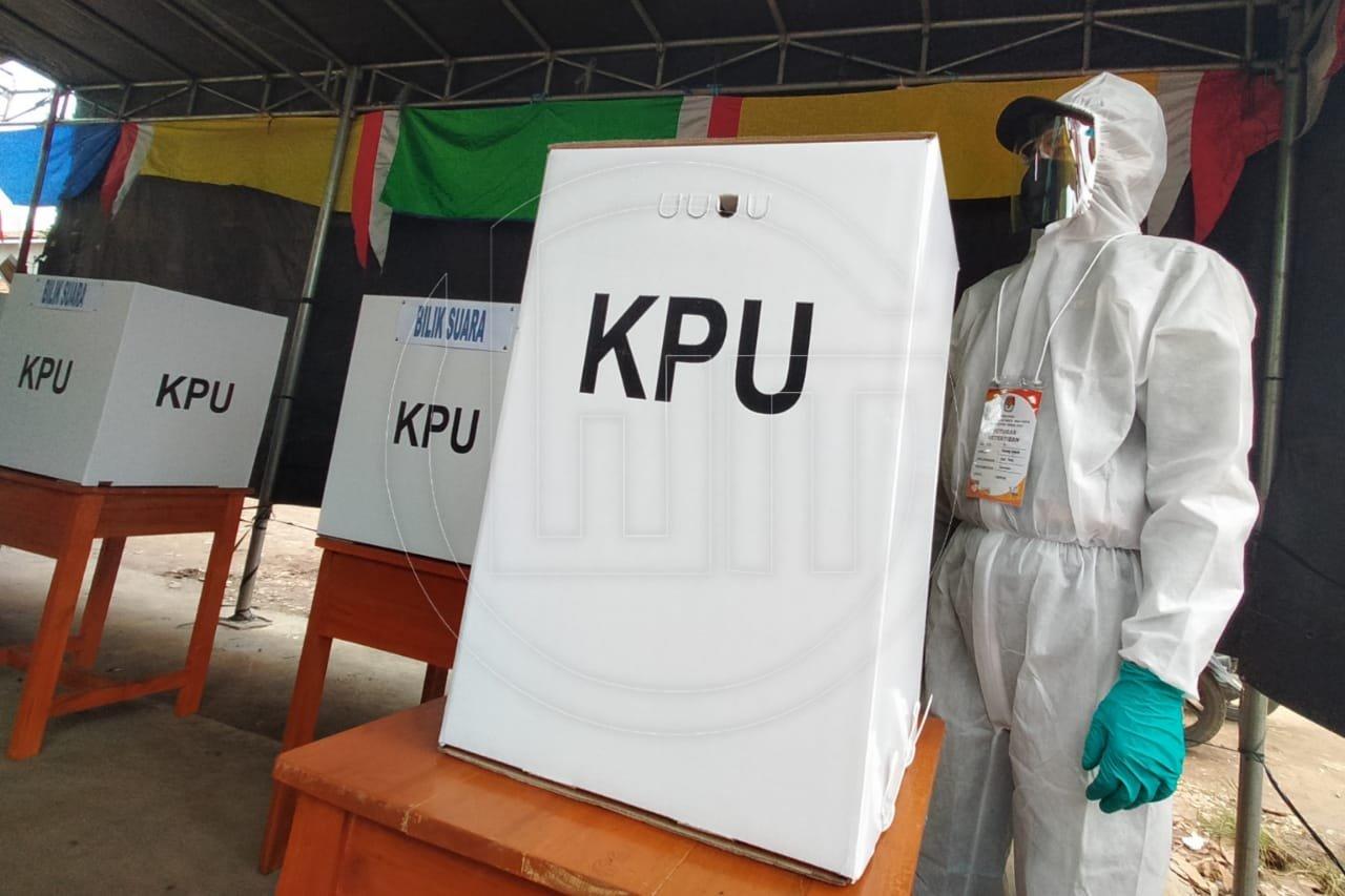 Terapkan Protokol Kesehatan, Petugas KPPS Gunakan Baju Hazmat