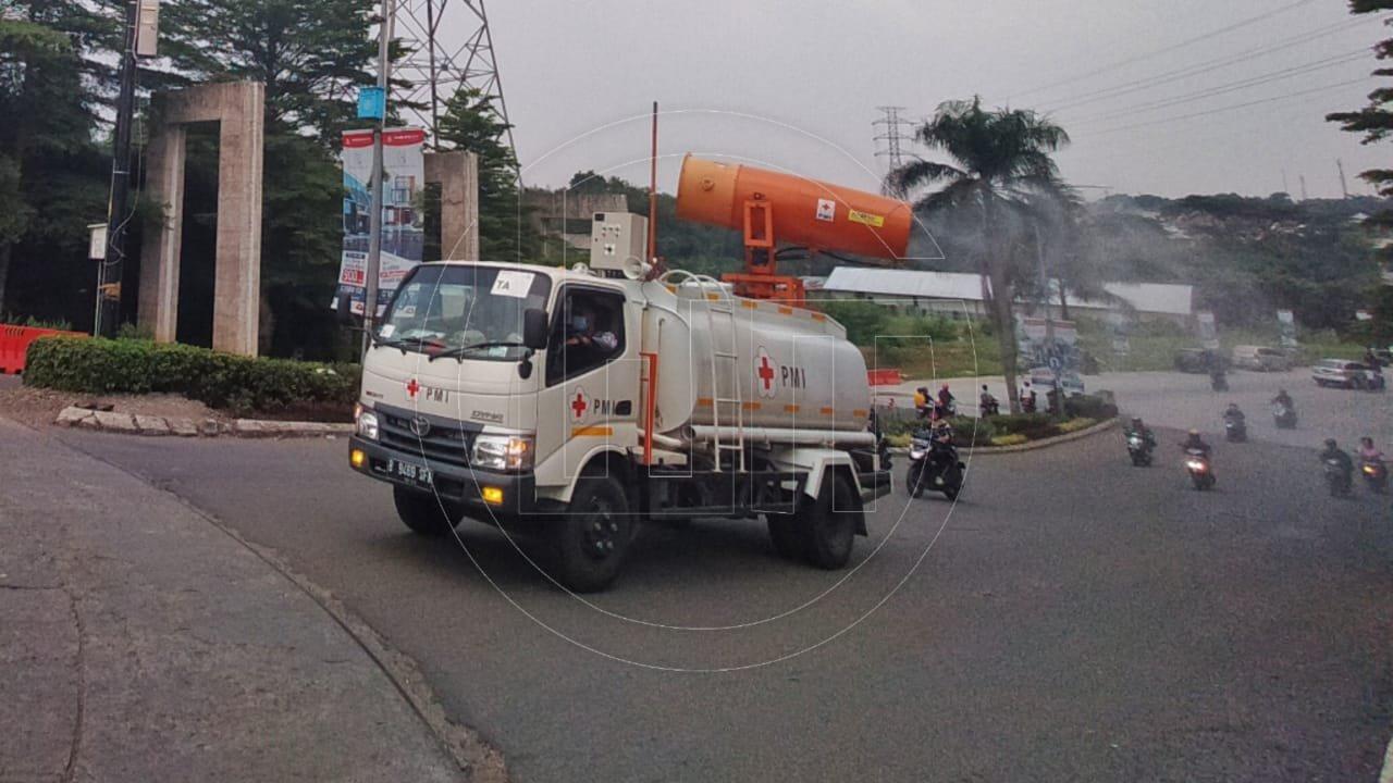 Penyemprotan Disinfektan oleh PMI Kota Depok