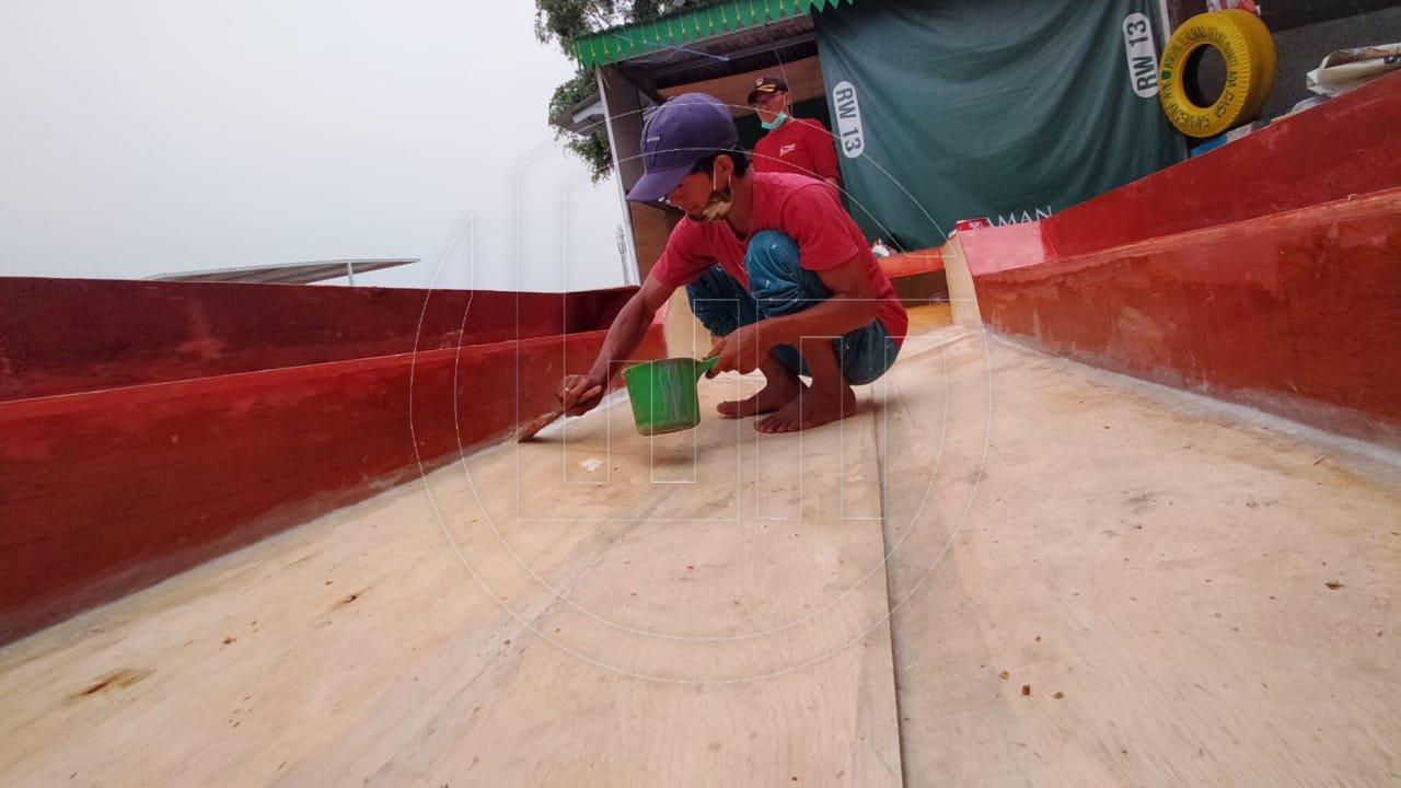 Pembuatan Perahu Wisata di Situ Rawa Besar