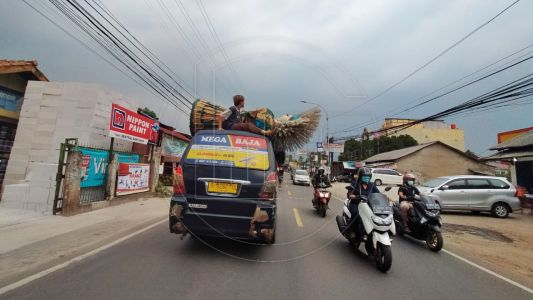 Pengamen Ondel-ondel Nekat Naik di Atas Mobil