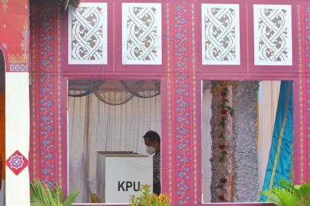 Antusiasme Warga Datangi TPS Bernuansa Adat di Depok