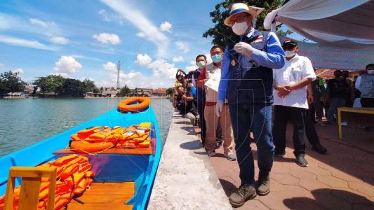 Gubernur Jabar Serahkan Bantuan Perahu Wisata di Situ Rawa Besar