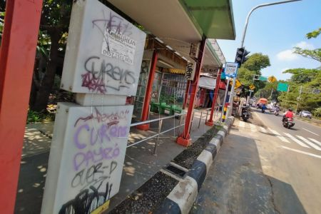 Halte Penuh Coretan Vandalisme