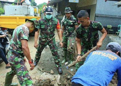 TNI-Warga Kompak Perbaiki Jalan Umum